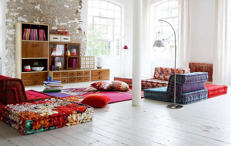 very chic and colorful living room