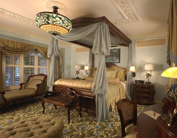 A master bedroom designed in a victorian style - How to design a small bedroom ...