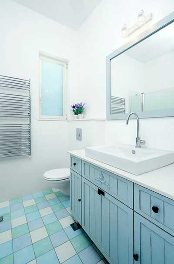 Blue and White Bathroom Decoration 9